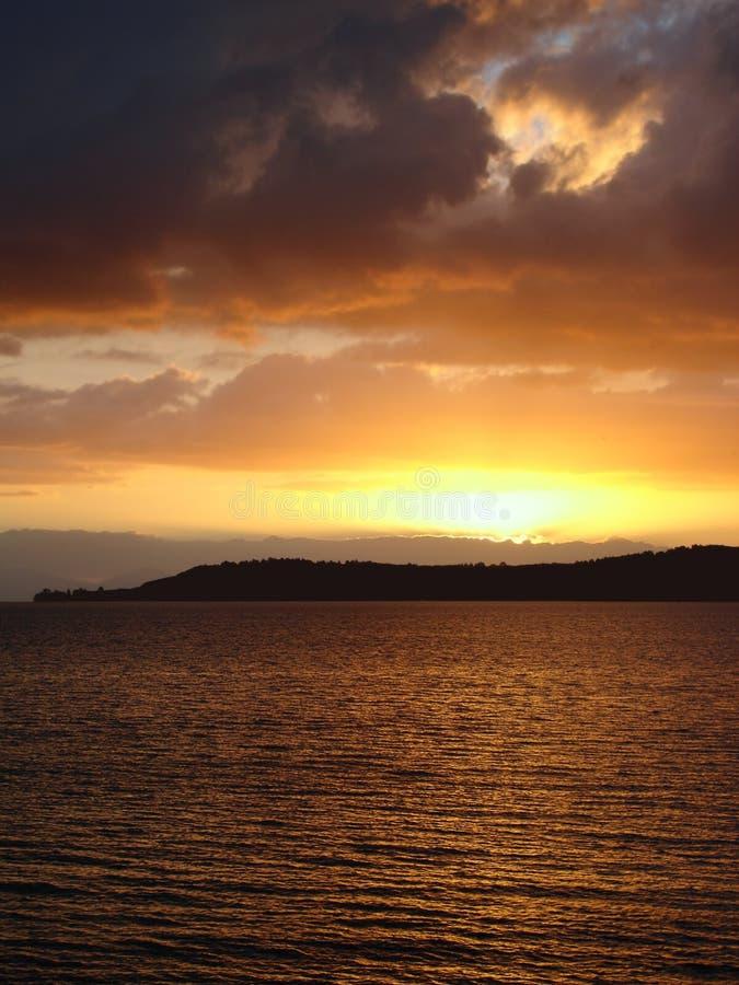 Puesta del sol sobre el lago Taupo, Nueva Zelandia fotos de archivo