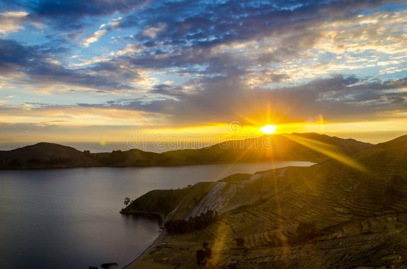 Puesta del sol sobre el lago Titaca foto de archivo
