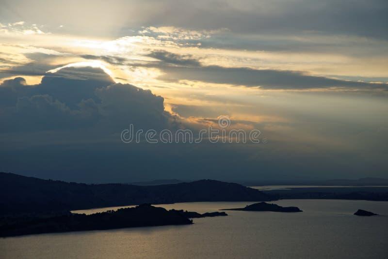 Puesta del sol sobre el lago Titicaca imágenes de archivo libres de regalías