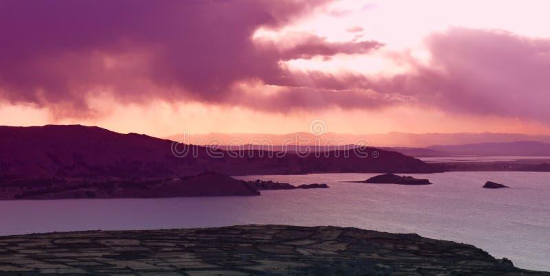 Puesta del sol sobre el lago Titicaca en Perú foto de archivo libre de regalías