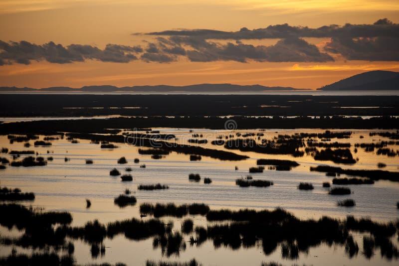 Puesta del sol sobre el lago Titicaca - Perú imagen de archivo