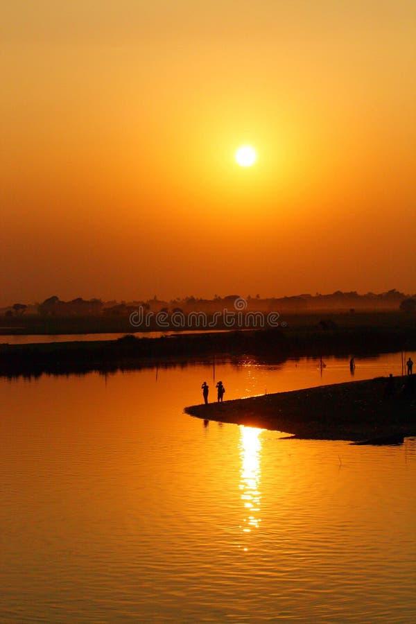 Puesta del sol sobre el lago Toungthamon fotos de archivo libres de regalías
