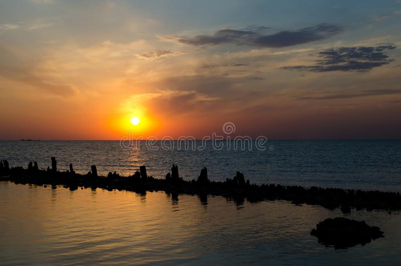 Puesta del sol sobre el mar imagenes de archivo