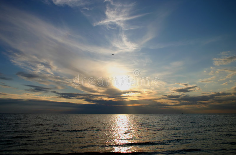 Puesta del sol sobre el mar foto de archivo