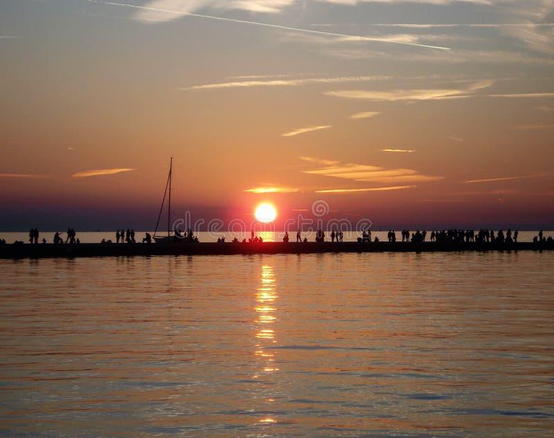 Puesta del sol sobre el mar adriático en Trieste, Italia fotos de archivo