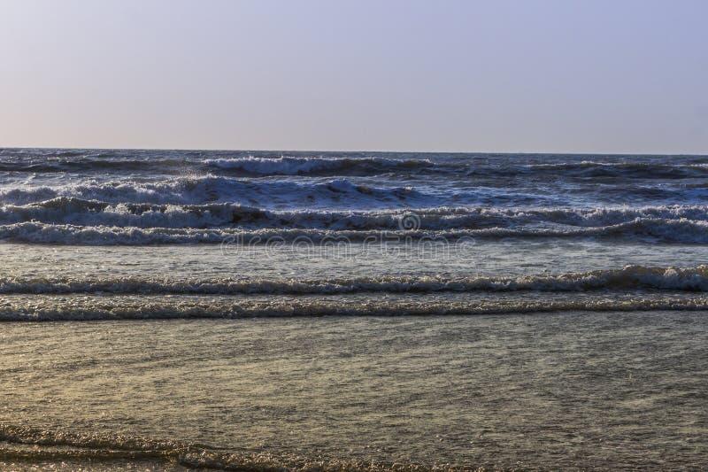 Puesta del sol sobre el Mar Arábigo, el Océano Índico, en la playa de Arambol, Goa, adentro fotografía de archivo libre de regalías