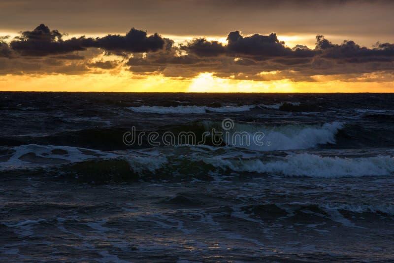 Puesta del sol sobre el mar Báltico imagen de archivo