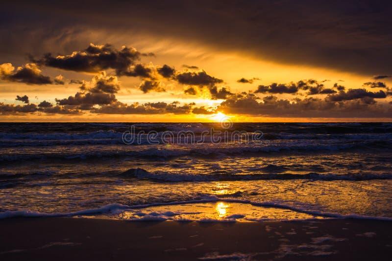 Puesta del sol sobre el mar Báltico fotos de archivo