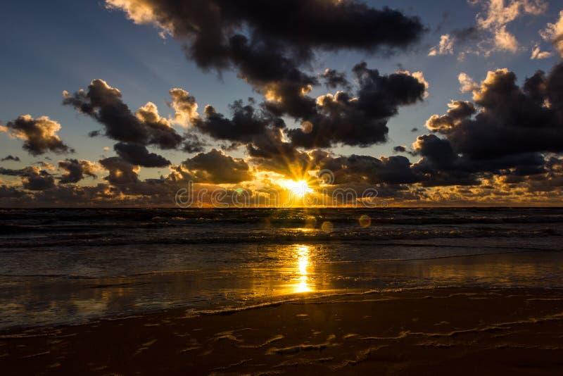 Puesta del sol sobre el mar Báltico imagenes de archivo
