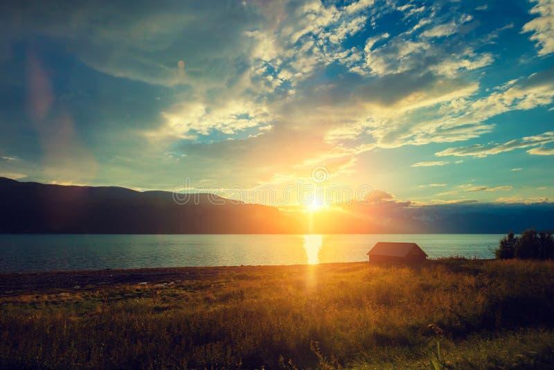 Puesta del sol sobre el mar con el cielo hermoso foto de archivo