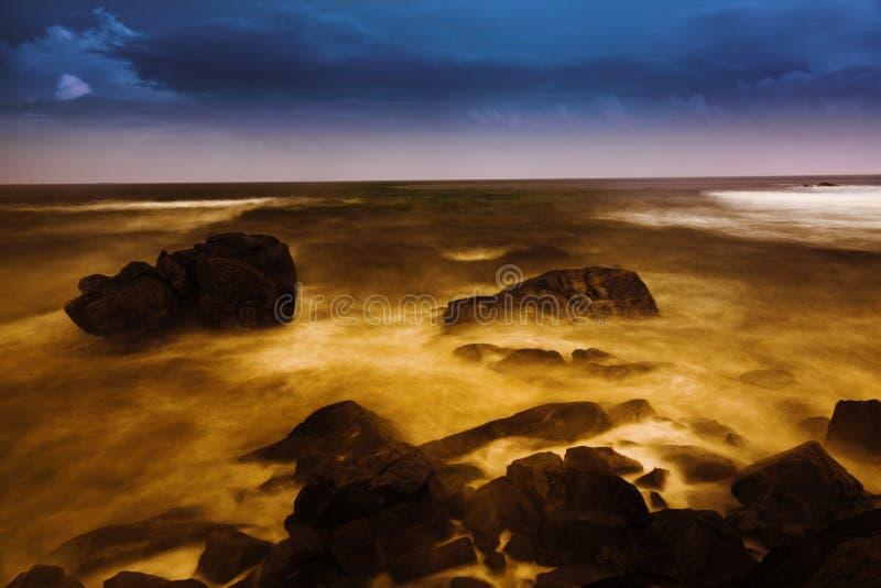 Puesta del sol sobre el mar de China imagenes de archivo
