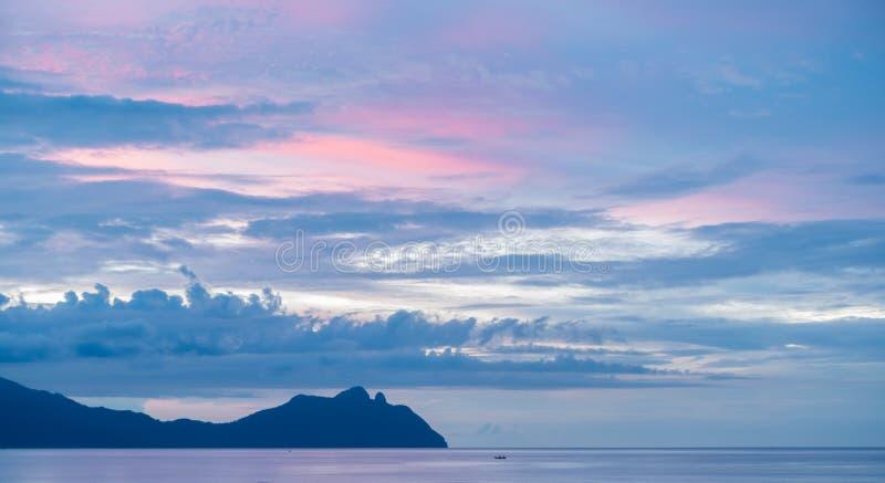 Puesta del sol sobre el mar del sur de China, parque nacional de Bako, Sarawak, Borneo imagen de archivo libre de regalías