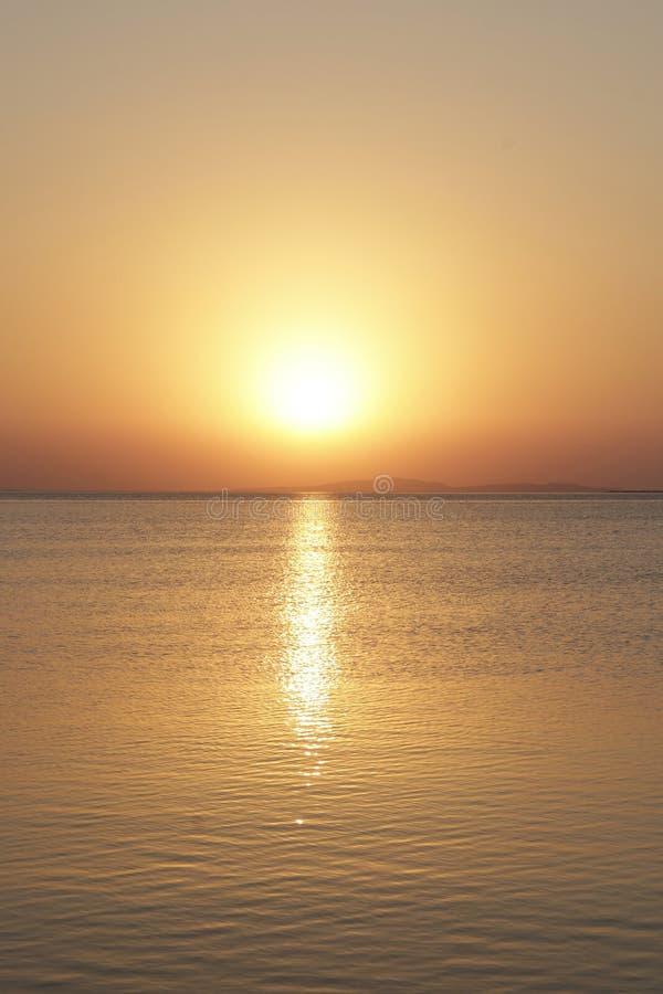 Puesta del sol sobre el mar Disminución hermosa del verano sobre el océano imagen de archivo libre de regalías