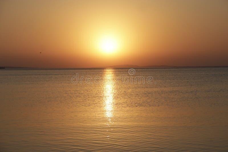 Puesta del sol sobre el mar Disminución hermosa del verano sobre el océano fotos de archivo