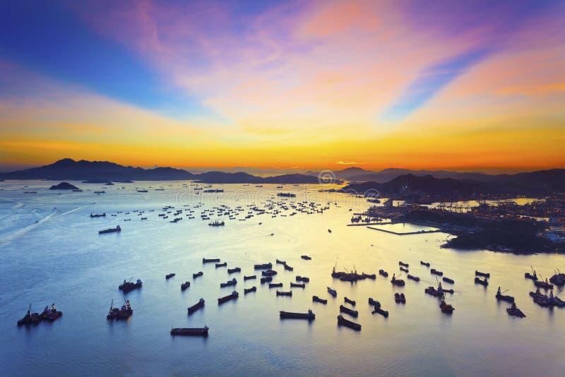 Puesta del sol sobre el mar en Hong Kong fotos de archivo