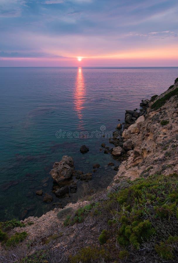 Puesta del sol sobre el mar en la costa oeste sarda, Italia fotografía de archivo libre de regalías