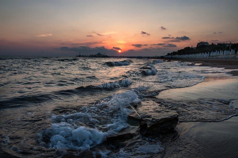 Puesta del sol sobre el mar en el lado turco fotos de archivo