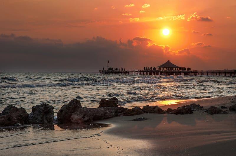 Puesta del sol sobre el mar en el lado turco foto de archivo