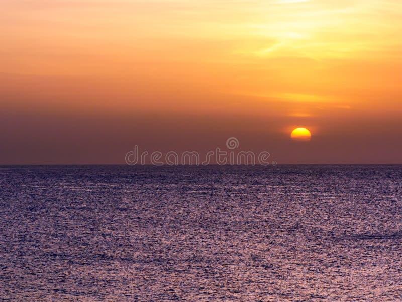 Puesta del sol sobre el mar en Montego Bay, Jamaica imagenes de archivo