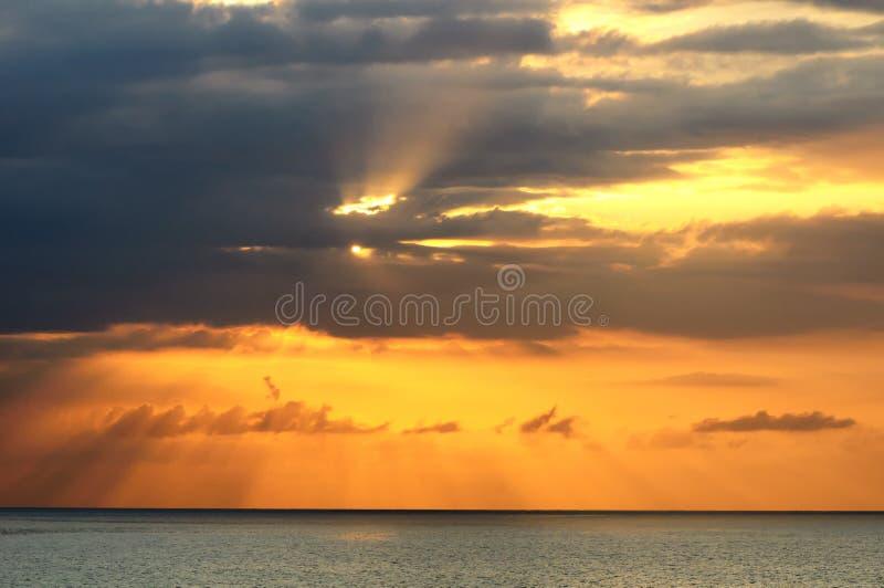Puesta del sol sobre el mar en Montego Bay, Jamaica foto de archivo