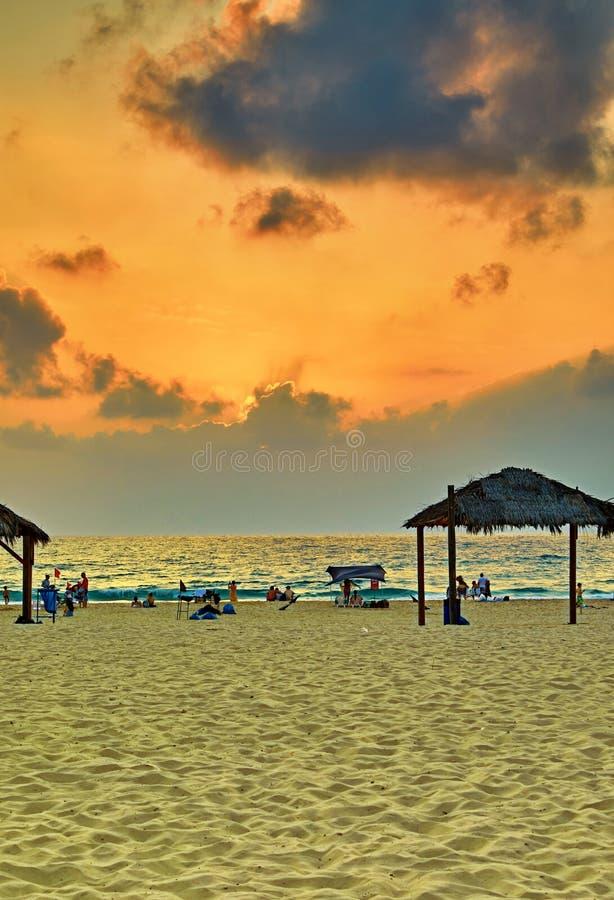 Puesta del sol sobre el mar Mediterráneo, costa con una playa Tarde del verano imagenes de archivo