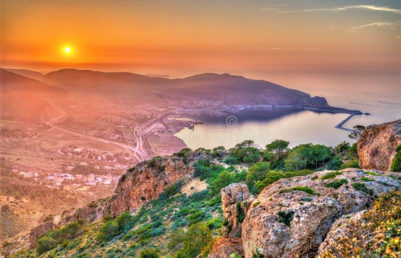 Puesta del sol sobre el mar Mediterráneo en Orán, Argelia imagen de archivo
