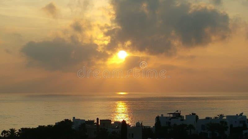 Puesta del sol sobre el mediterráneo imagen de archivo