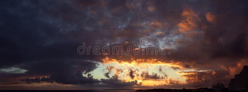 Puesta del sol sobre el Océano Atlántico foto de archivo libre de regalías