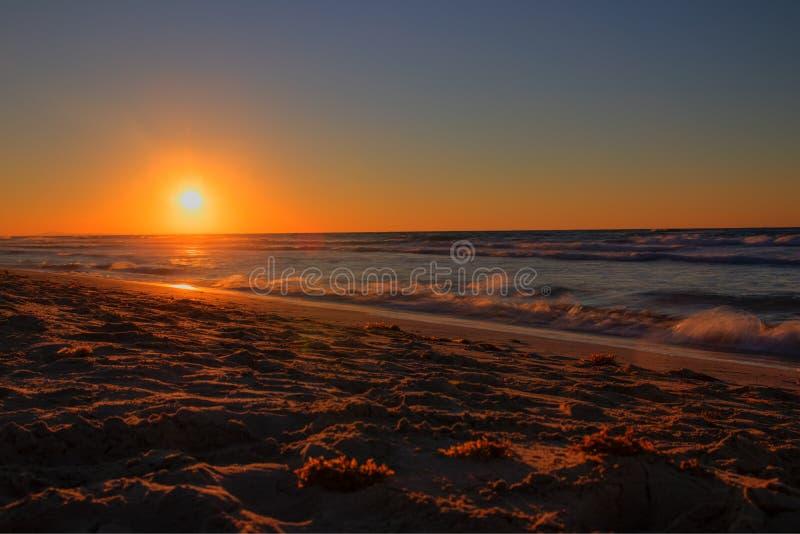 Puesta del sol sobre el Océano Atlántico, Cuba, Varadero fotografía de archivo