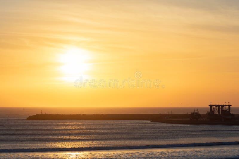 Puesta del sol sobre el Océano Atlántico de la playa en Essaouira Marruecos imágenes de archivo libres de regalías