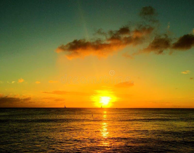 Puesta del sol sobre el oc?ano fotografía de archivo libre de regalías