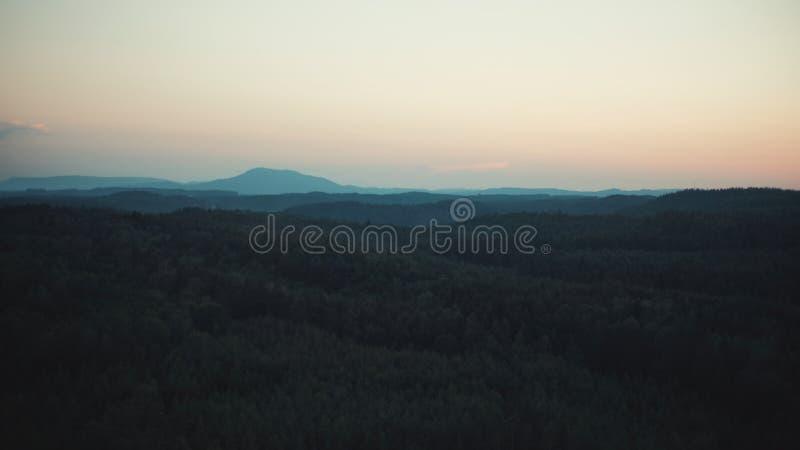 Puesta del sol sobre el paisaje del ceskolipsko foto de archivo