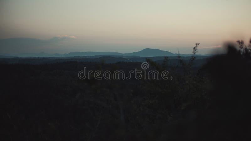 Puesta del sol sobre el paisaje del ceskolipsko imágenes de archivo libres de regalías