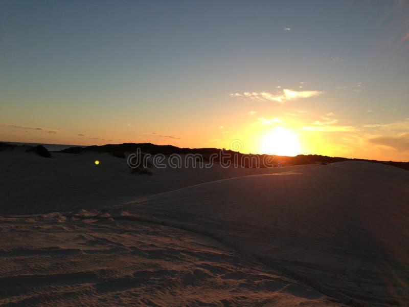 Puesta del sol sobre el paisaje en las dunas de arena del lancelin, Australia del horizonte fotos de archivo libres de regalías