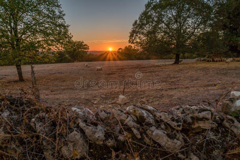 Puesta del sol sobre el parque de Causses du quercy en el departamento de la porción fotos de archivo libres de regalías