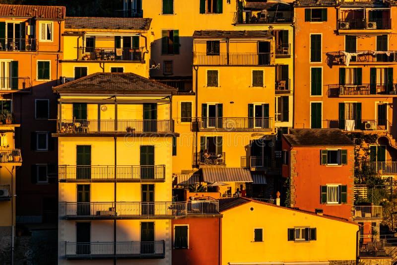 Puesta del sol sobre el pueblo de Cinque Terre de Manarola en Italia imágenes de archivo libres de regalías