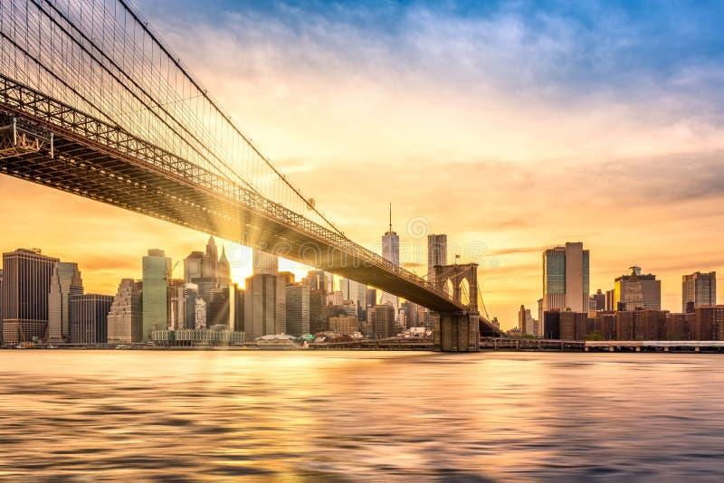 Puesta del sol sobre el puente de Brooklyn en New York City imagenes de archivo