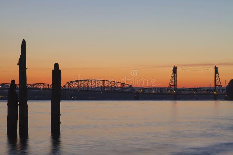 Puesta del sol sobre el puente de travesía de I-5 el río Columbia fotos de archivo libres de regalías