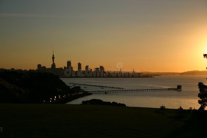 Puesta del sol sobre el puerto de Auckland imagen de archivo libre de regalías