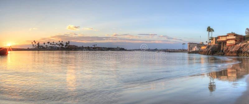 Puesta del sol sobre el puerto en Corona del Mar imagen de archivo libre de regalías