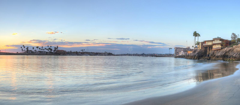 Puesta del sol sobre el puerto en Corona del Mar fotos de archivo libres de regalías