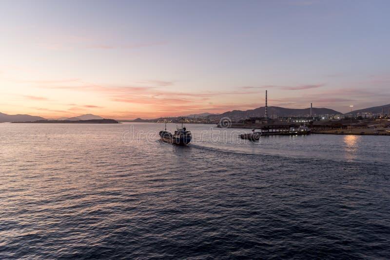 Puesta del sol sobre el puerto del envase de puerto de Pireo imagen de archivo libre de regalías