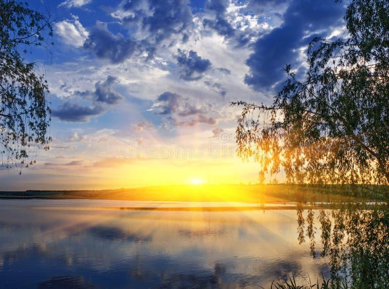 Puesta del sol sobre el río fotos de archivo