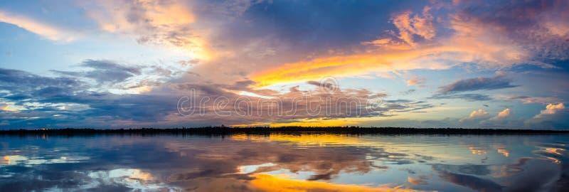 Puesta del sol sobre el río Amazonas fotografía de archivo