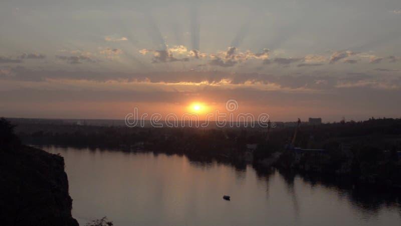 Puesta del sol sobre el río amplio Zaporozhye, Ucrania metrajes