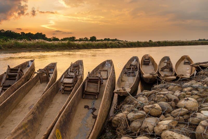 Puesta del sol sobre el río de Rapti en Sauraha fotografía de archivo libre de regalías