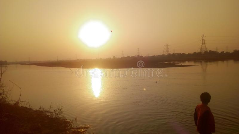 Puesta del sol sobre el río Ib imagen de archivo libre de regalías