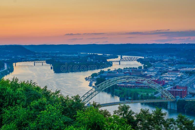 Puesta del sol sobre el río Ohio, visto del soporte Washington, en Pittsburgh, Pennsylvania imagen de archivo libre de regalías