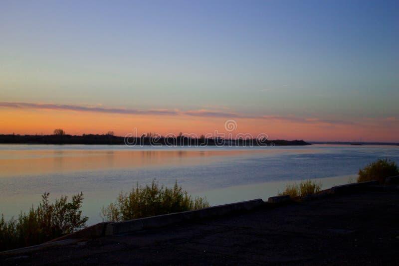 Puesta del sol sobre el río Tom fotografía de archivo