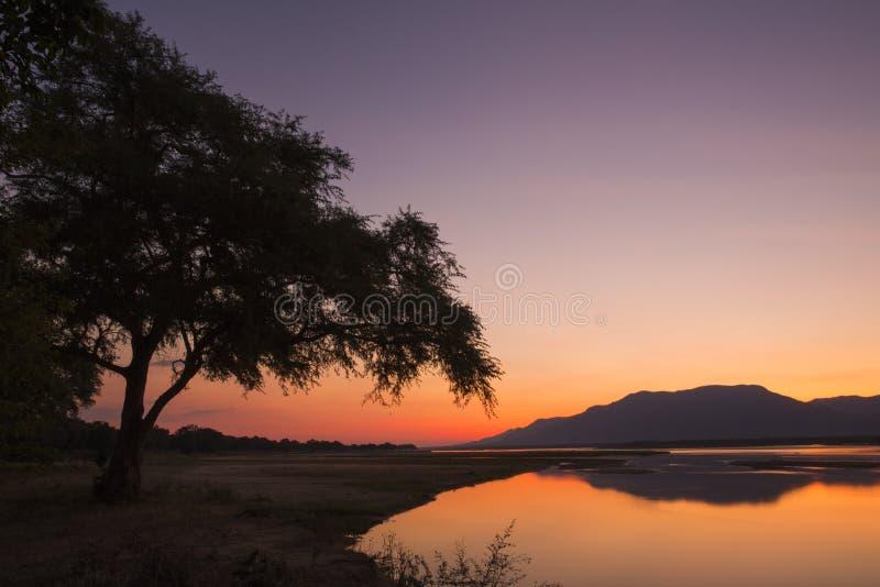 Puesta del sol sobre el río Zambezi fotografía de archivo libre de regalías